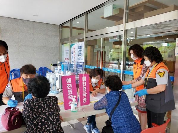 강원 정선지역 자원봉사자들이 코로나19 백신 접종 지원활동을 펼치고 있다. [정선군자원봉사센터 제공]